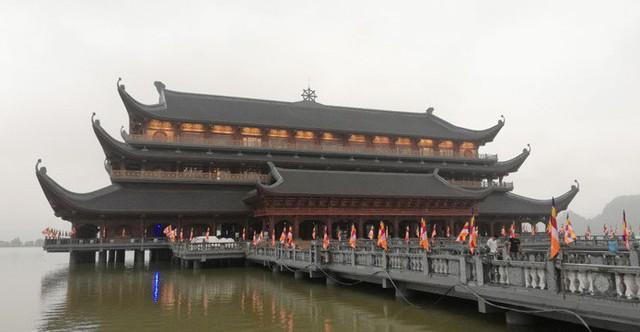 Lối vào thủy đình rực rỡ cờ hoa. Đây là nơi diễn ra nhiều sự kiện quan trọng trong Đại lễ Vesak 2019.