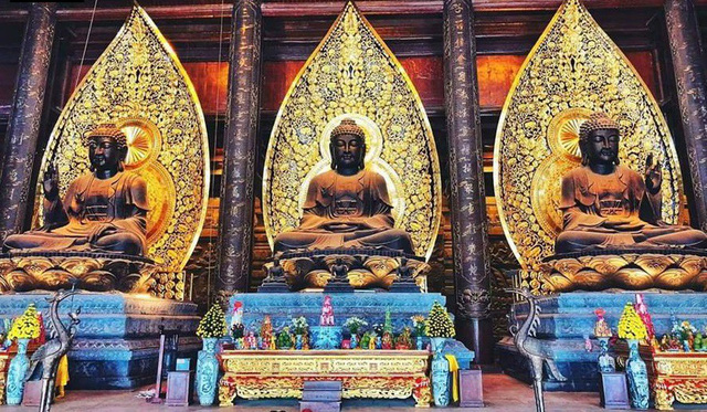 3 pho tượng Phật ở Điện Tam Bảo luôn là điểm người dân tìm đến cúi đầu đảnh lễ đầu tiên khi tới chùa. Điện có diện tích 5.100m2, có thể chứa được khoảng 5.000 người. 3 pho tượng ở điện Tam Bảo bằng đồng, mỗi pho trọng lượng tới 80 tấn, tọa trên đài sen nặng 30 tấn. Phía sau là lá bồ đề dát vàng có trọng lượng 15 tấn.
