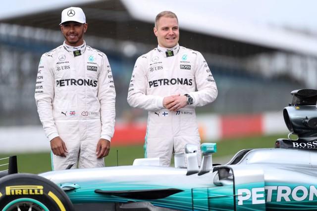 Lewis Hamilton và Valtteri Bottas thay nhau về nhất giúp đội đua Mercedes thắng tuyệt đối từ đầu mùa.