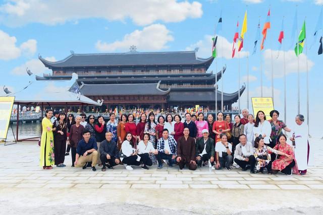 Rất nhiều Phật tử, người dân đã tới chùa từ sớm để vãn cảnh chùa và tranh thủ chụp kỷ niệm những hình ảnh đẹp có một không hai của Vesak 2019.