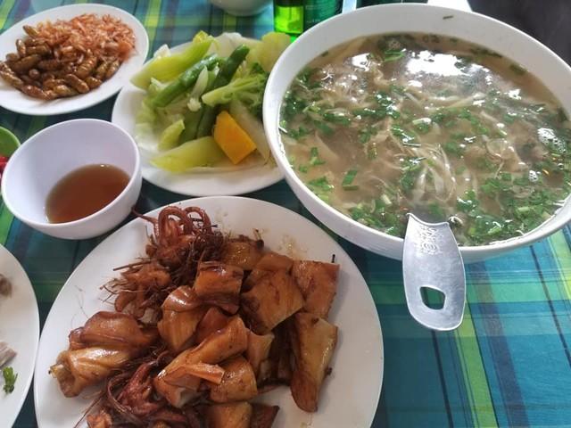 Bữa ăn có đủ thịt, cá, canh, rau.