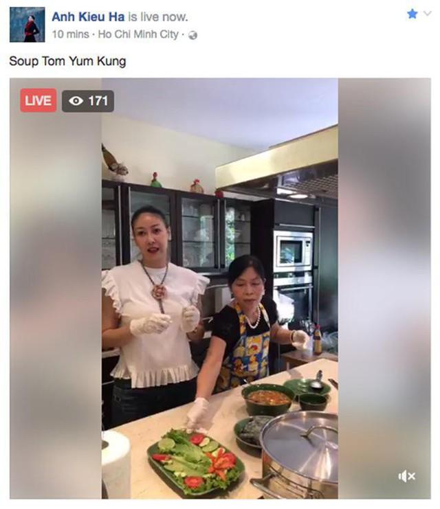Cô từng livestream hướng dẫn nấu ăn trên trang cá nhân.