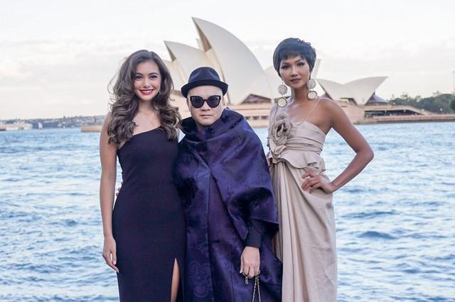 Nhà thiết kế Đỗ Mạnh Cường chụp hình kỷ niệm cùng hai người đẹp. HHen cũng đảm nhận vai trò mở màn show diễn Xuân hè 2019 của anh.
