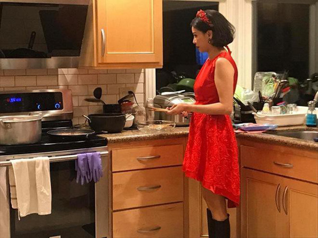 Hà Kiều Anh trong căn bếp của gia đình, nơi cô thường xuyên nấu ăn cho chồng con.