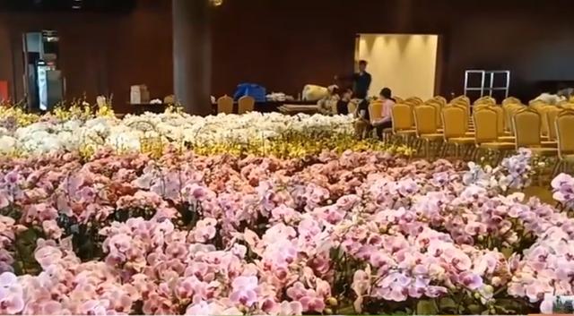Hội trường nơi diễn ra Đại lễ Vesak 2019 đã trang hoàng xong. Hoa tươi đang được chuẩn bị để trang trí.