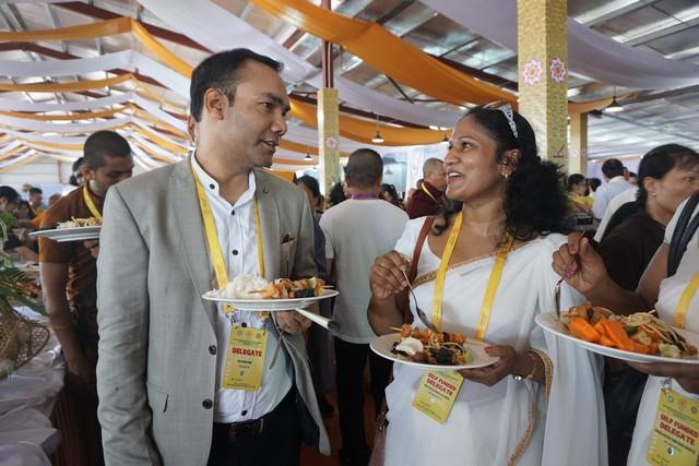 Nhiều đại biểu tỏ ra thích thú khi thưởng thức các món ăn chay mang đậm bản sắc của 3 miền Bắc – Trung – Nam của nước ta.