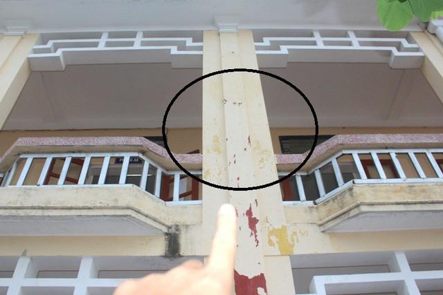 Vị trí cột số 4 thuộc hành lang tầng 2 dãy nhà A, nơi em Quang bất ngờ bị ngã xuống sân trường vào sáng 10/5. Ảnh: Đ.Tùy