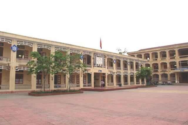 Khu vực dãy nhà A, trường THCS Nghĩa An, nơi xảy ra vụ tai nạn hi hữu khiến em Quang nhập viện cấp cứu. Ảnh: Đ.Tùy
