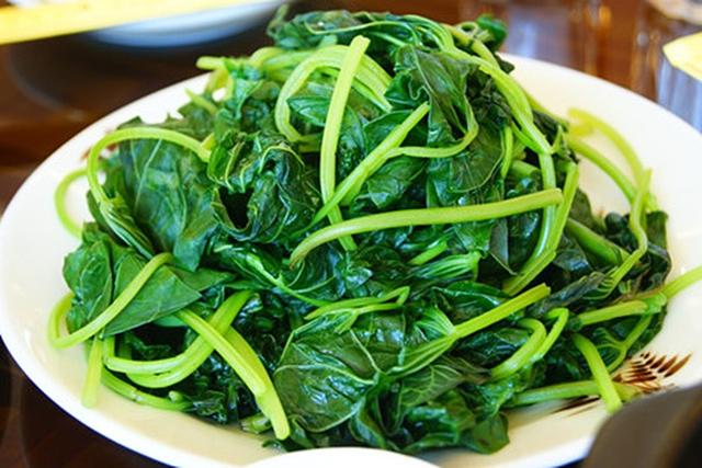 Nên luộc rau nhỏ lửa, cho muối vào nước sôi để rau giữ được độ xanh.