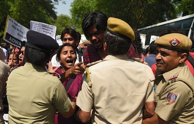 Biểu tình phản đối nạn hiếp dâm và kêu gọi trừng trị những kẻ hiếp dâm ở Ấn Độ. Ảnh: AFP.