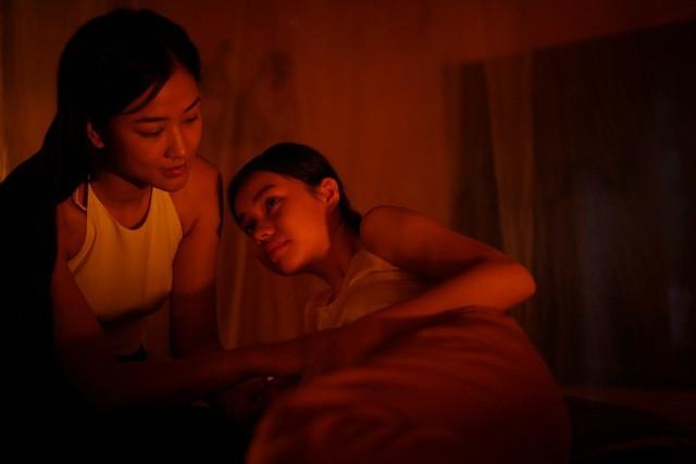 Phim còn khai thác yếu tố đồng tính nữ giữa hai nhân vật Mây và Xuân.