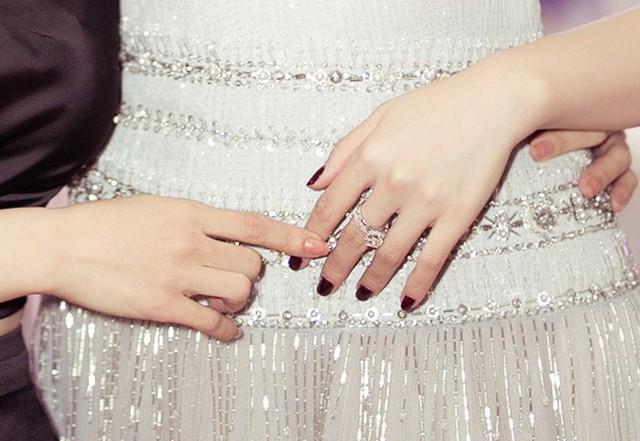 Chiếc nhẫn có giá khoảng 60.000 USD, là món quà mà mẹ ruột Tú Anh tặng cho con gái làm của hồi môn.