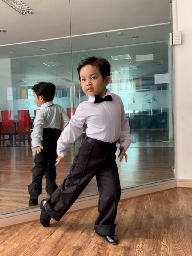 Kubi tạo dáng cực chuyên nghiệp với những động tác cơ bản của dancesport dù mới hơn 3 tuổi.