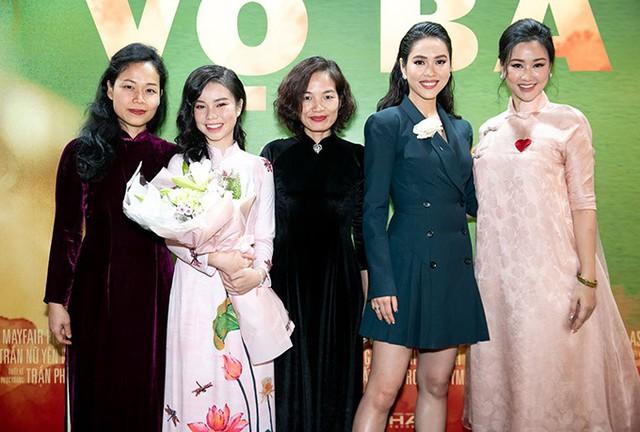 Cô chụp ảnh cùng Maya và các diễn viên phim Vợ ba.