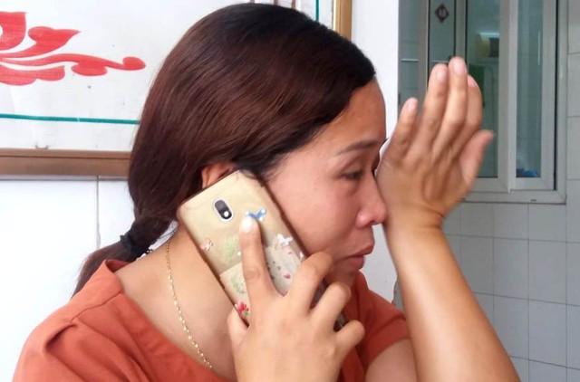 Suốt buổi trò chuyện với PV Báo Gia đình & Xã hội, chị Hường không kìm được nước mắt trước nỗi đau và sự khốn khó của gia đình. Ảnh: Đ.Tùy