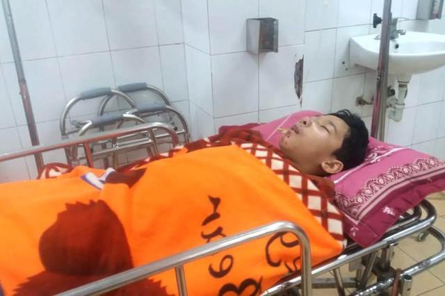 Vụ tai nạn khiến em Quang bị gãy đùi phải, gãy 2 tay... và hiện tại đang được điều trị tại phòng Cấp cứu, Khoa Ngoại 1 - Bệnh viện Đa khoa tỉnh Hải Dương. Ảnh: Đ.Tùy