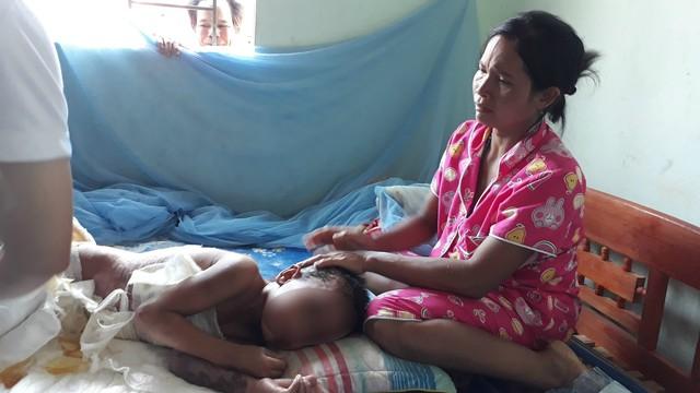 Các bác sĩ tiến hành thăm khám, chữa trị vết thương tại nhà cho A Huyên. Ảnh: Đức Huy