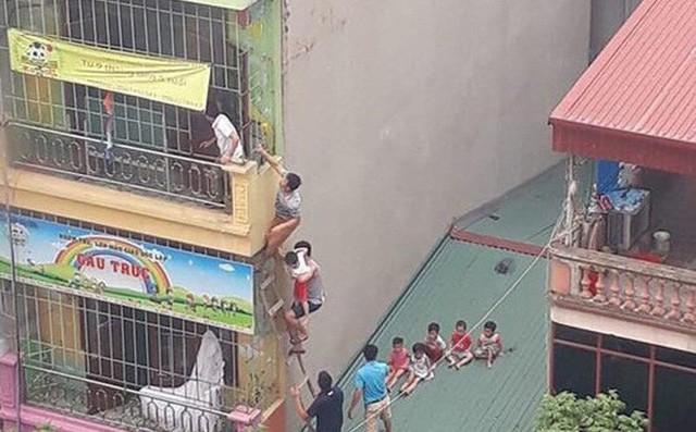 Hình ảnh một nhóm học sinh được giải cứu bằng đường mái nhà. Ảnh: TL