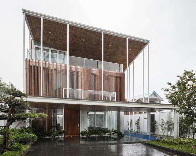 Ngôi nhà nằm phía Tây Bắc thành phố Huế là nơi ở của một gia đình nhỏ có 4 thành viên. Công trình xây trên mảnh đất 320 m2, với tổng diện tích sàn 502,7 m2 được hoàn thành vào năm 2018.