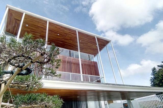 Huế có 2 mùa chính trong năm, hè nắng gắt còn mùa đông mưa kéo dài, nhưng ngôi nhà vẫn luôn mát vào mùa hè, khô ráo trong mùa đông, khiến chủ nhà cảm thấy rất hài lòng.