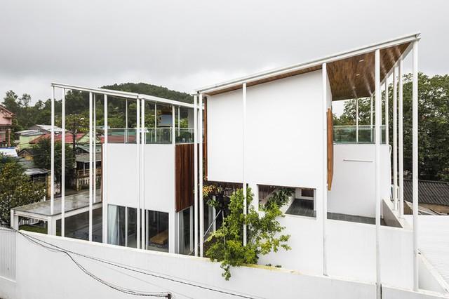 Thiết kế xếp chồng các tầng xen kẽ này cũng tạo ra các sân thượng và bóng mát trên mỗi cấp độ sàn, tăng khả năng kết nối với thiên nhiên bên ngoài