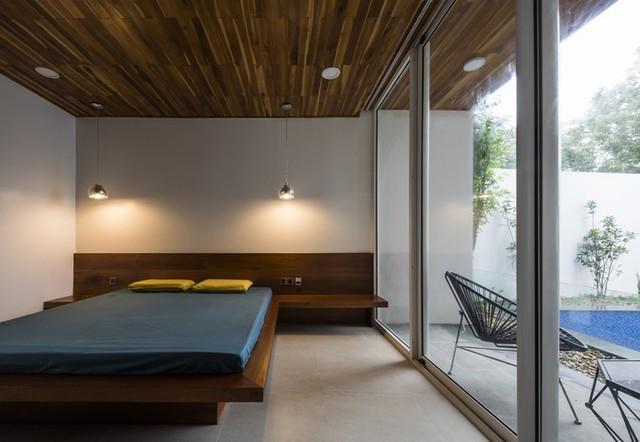 Vách kính lớn cũng được áp dụng với cả phòng ngủ ở tầng một.