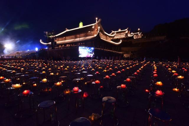 Những ngọn nến được thắp sáng cùng hướng nguyện cho thế giới bình yên, nhân dân ấm no, hạnh phúc, xin bình an về muôn nơi