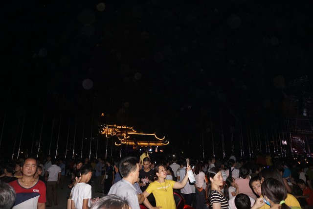 Nhiều người dân tới xem văn nghệ cùng màn bắn pháo hoa mừng Đại lễ Vesak 2019. ảnh PT