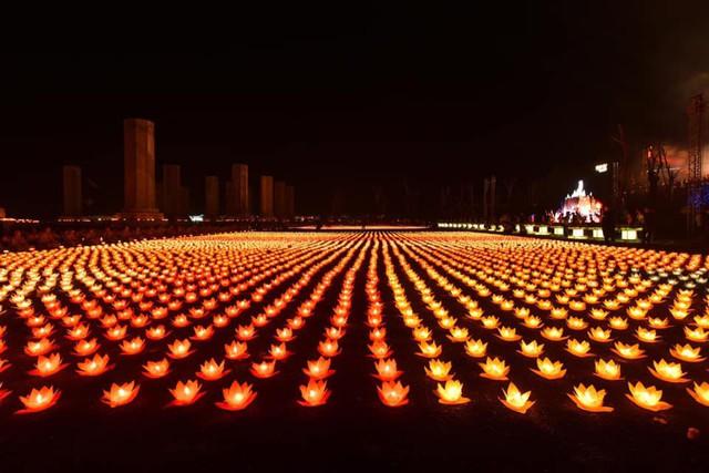 Được biết, hơn 40.000 hoa đăng được thắp sáng trong Đại lễ Hoa đăng
