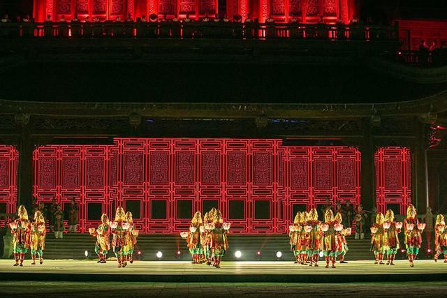 Lục cúng hoa đăng là điệu múa quan trọng trong hệ thống các vũ khúc cung đình của triều Nguyễn, thường được biểu diễn tại các đại lễ với mong muốn mưa thuận gió hoà, mùa màng bội thu