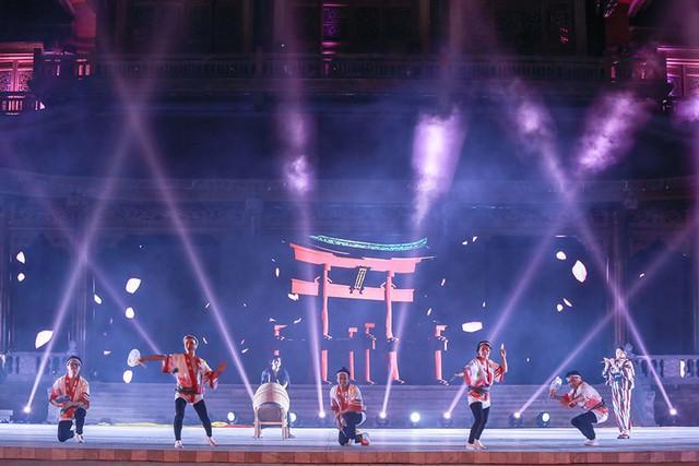 """Lễ hội nhảy múa Awa Odori Matsuri được cho là bắt nguồn từ năm 1586. Điệu múa """"Awa Odori"""" truyền thống thể hiện tinh thần của đất nước võ sĩ đạo theo nhịp điệu của samisen, trống, chuông và sáo. Tiết mục múa Awa Odori và các nhạc cụ do đoàn nghệ sĩ Nhật Bản - KINARI biểu diễn."""
