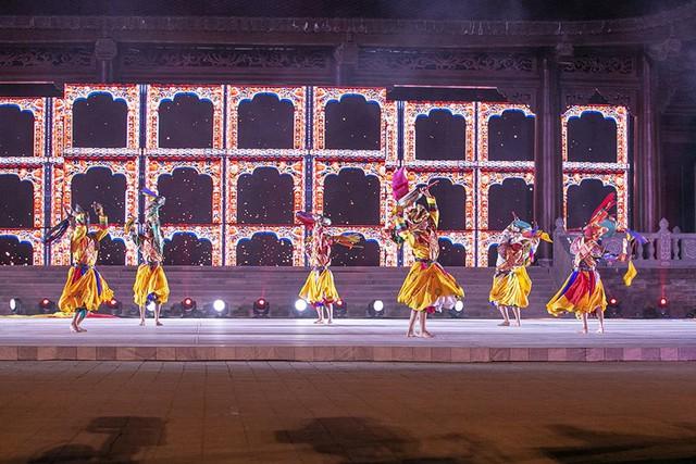 Điệu múa Cham Bhutan - một điệu nhảy truyền thống gắn liền với văn hóa Phật giáo. Các vũ công sẽ đeo mặt nạ và nhảy múa trên nền nhạc truyền thống được chơi bởi các nhà sư. Những điệu múa Cham không chỉ miêu tả lại sự vĩ đại và công đức của Đức phật mà còn là một phương pháp thiền định, là sự kính ngưỡng của con người nơi đây hướng tới các vị thần.