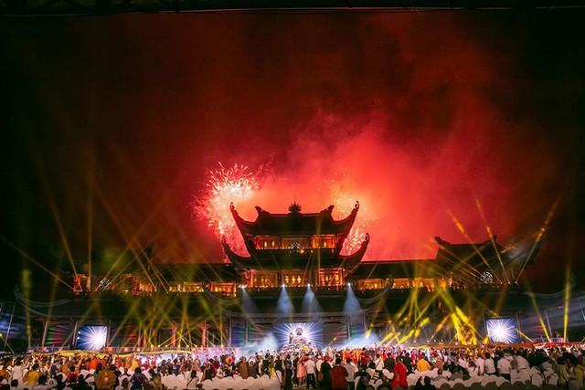 Màn hoà tấu của dàn nhạc dân tộc Việt Nam và bắn pháo hoa đã kết lại chương trình thật đẹp và để lại nhiều xúc cảm cho các đại biểu, khán giả trong và quốc tế