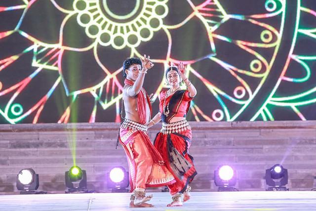 Tiết mục Nirvana do đoàn nghệ thuật Aniruddha Das & Group biểu diễn khiến người xem thấy được nét đặc sắc của văn hoá Ấn Độ - quê hương của Phật giáo.