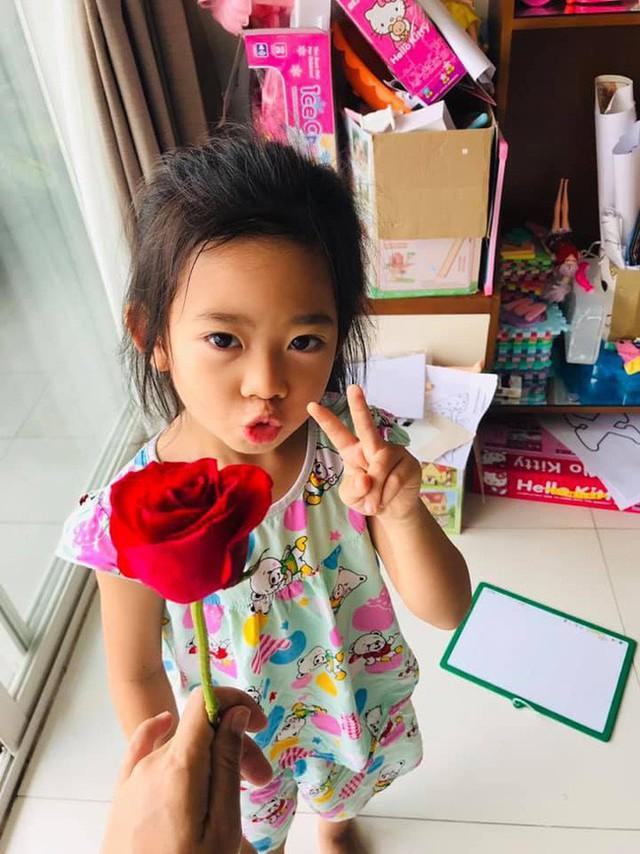 Mai Phương hạnh phúc khi nhận hoa từ con gái nhân dịp Ngày của mẹ