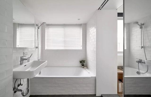 Khu vực phòng tắm rộng rãi, tiện nghi.