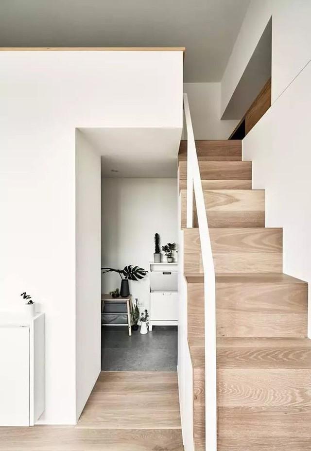 Cầu thang được bố trí sát tường để dễ dàng di chuyển lên gác xép.