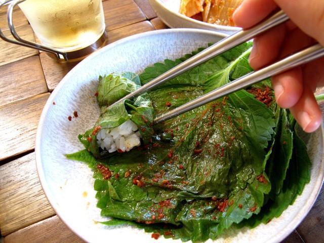 Dễ dàng nhìn thấy sự hiện diện của lá tía tô trong các món ăn truyền thống quen thuộc của Nhật Bản.