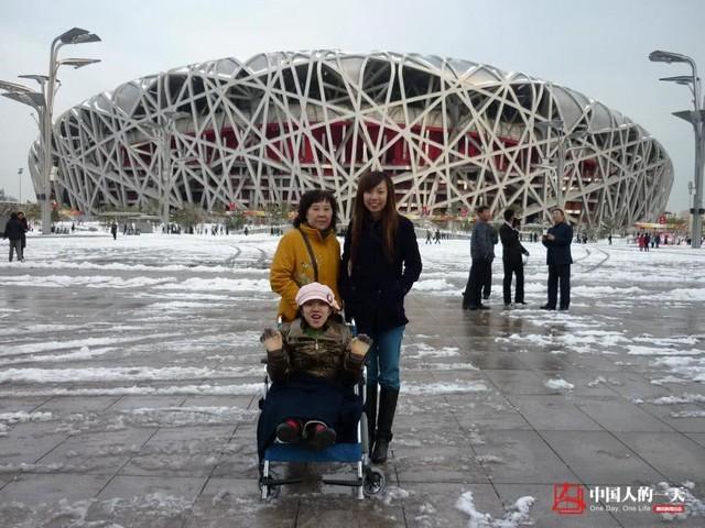 Hà Kiện cùng mẹ và em gái tại sân vận động Tổ Chim 2009