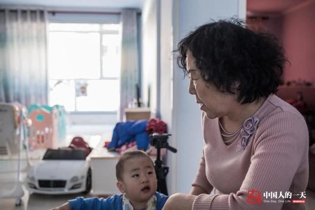 Mẹ Hà Kiện cùng cháu ngoại