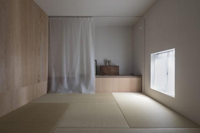 Phòng ngủ ở tầng một là một trong số ít những căn phòng vuông vắn của ngôi nhà.