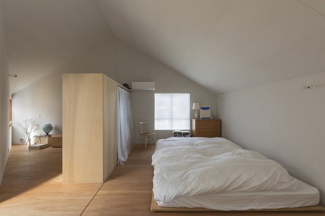 Phòng ngủ và các phòng chức năng ở tầng hai cũng được tận hưởng ánh sáng tự nhiên nhờ một số khoảng tường lắp tấm polycarbonate.