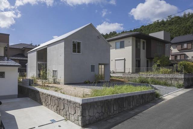 Công trình dành nhiều diện tích cho sân vườn. Tính cả hai tầng, tổng diện tích sàn nhà chỉ là 120 m2.