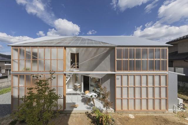 Riêng ngôi nhà House in Sonobe nổi bật nhờ có toàn bộ mặt tiền phía Tây làm bằng các tấm polycarbonate. Nhờ độ trong suốt, vật liệu này có thể truyền được 90% ánh sáng. Ngoài ra, polycarbonate cũng có thể chống lại tia cực tím, đồng thời có khả năng cách âm tốt.