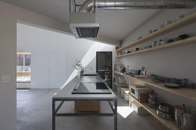 Phòng bếp nằm liền kề phòng đón nắng. Cách đặt các bức tường xéo bên trong giúp tạo nhiều khoảng không gian bao quanh tường chính của ngôi nhà, tăng khả năng kết nối với bên ngoài.