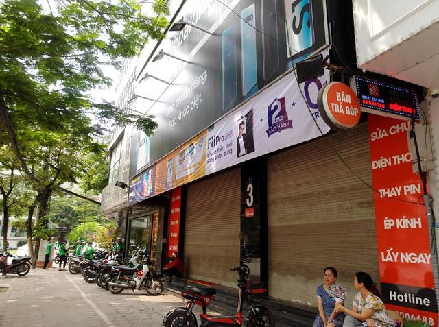 Tại địa chỉ số 3 Xuân Thủy, cửa hàng Nhật Cường Mobile đóng cửa nhiều ngày nay.