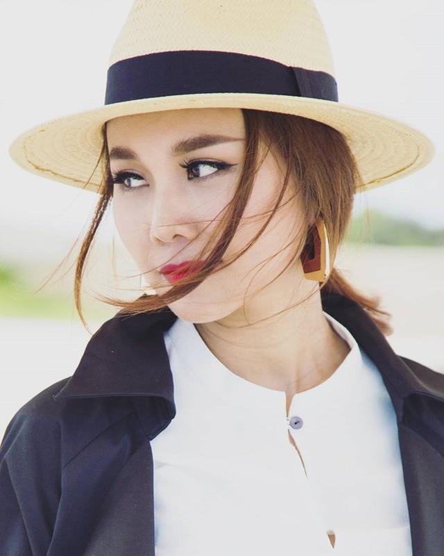 Mũ fedora phiên bản cói cũng rất được lòng Thanh Hằng vì vẻ sang trọng và tính dễ ứng dụng