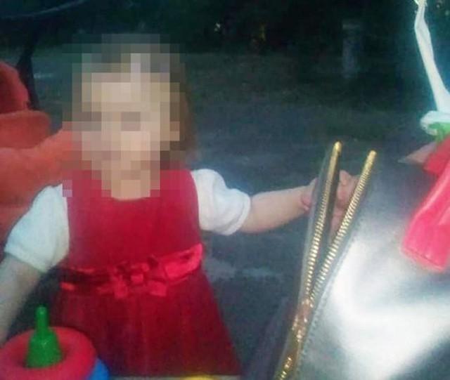 Cô bé bị mất nước và suy dinh dưỡng nặng sau nhiều ngày nằm bên thi thể bố mẹ. Ảnh: East2west.