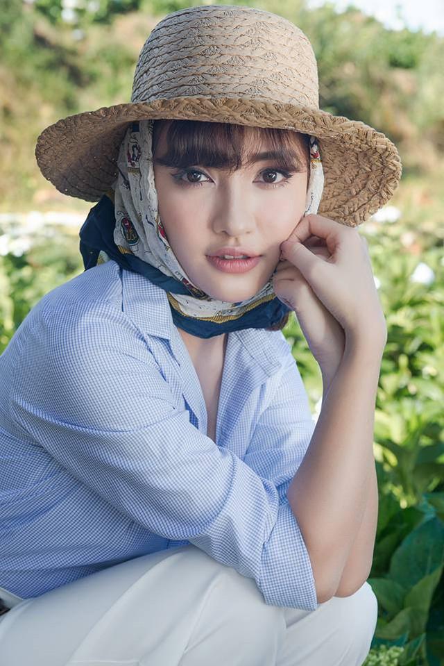"""""""Gái ế"""" gợi ý cho bạn gái đội mũ cói kết hợp với tóc buộc 2 bên. Ngay cả khi đội mũ, bạn vẫn có thể thỏa sức tạo kiểu cho mình."""