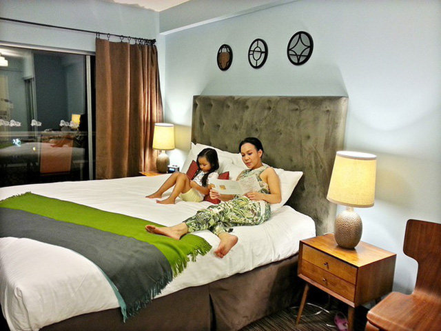 Phòng ngủ của hai vợ chồng trang trí đơn giản nhưng ấm áp.